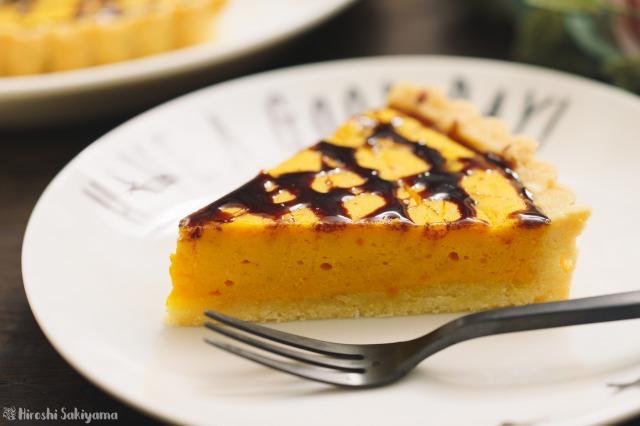 かぼちゃのベイクドチーズタルトを切り分けた様子