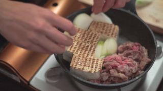 鍋に具材を並べる様子