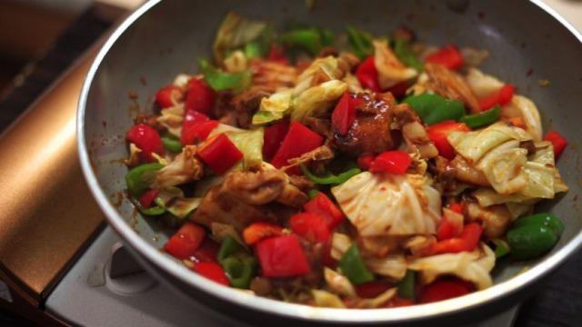 野菜・調味料を入れて炒める様子