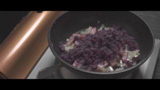 玉ねぎ・ベーコン・紫芋を炒める様子