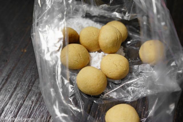 粉砂糖が入ったポリ袋にクッキーを入れる様子