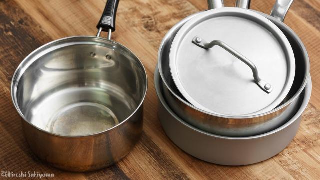 左に底が薄い鍋、右に底が厚い鍋がある