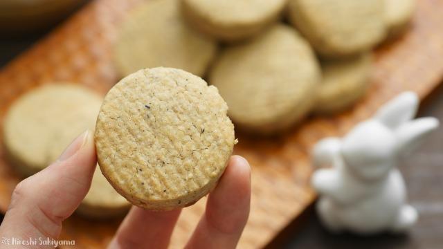 ホットケーキミックスで作る簡単ピーナッツバタークッキーを手に持った様子
