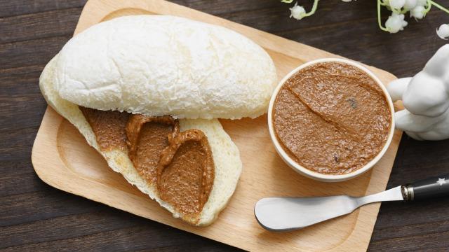 モカバター(コーヒーバター)とそれを塗ったパンを上から見た様子