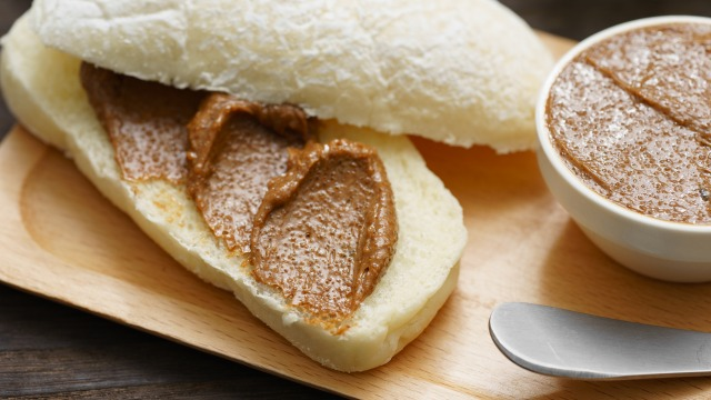 モカバター(コーヒーバター)を塗ったパンのアップ