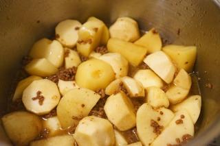 芋に竹串がすっと入るまで蒸し煮にした様子