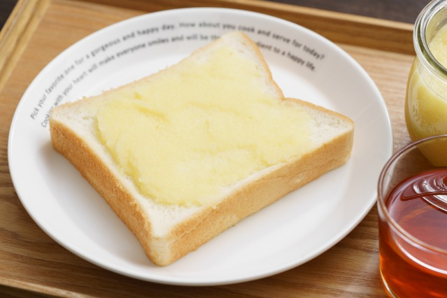 りんごバターを塗った食パンのアップ