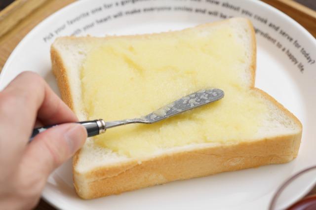 りんごバターを食パンに塗る様子