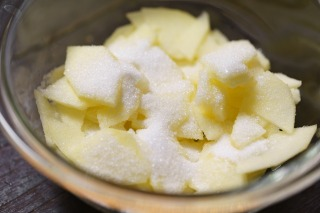 りんごをスライスしてグラニュー糖と合わせた様子
