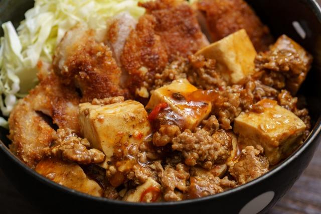 麻婆チキンカツ丼の麻婆豆腐部分のアップ