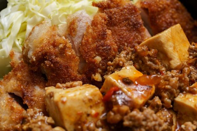 麻婆チキンカツ丼のチキンカツ部分のアップ