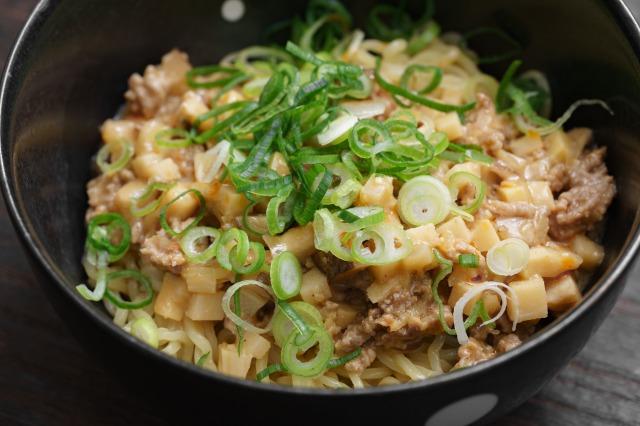 再現した「胡麻味噌担々スープ」を麺にかけた様子のアップ