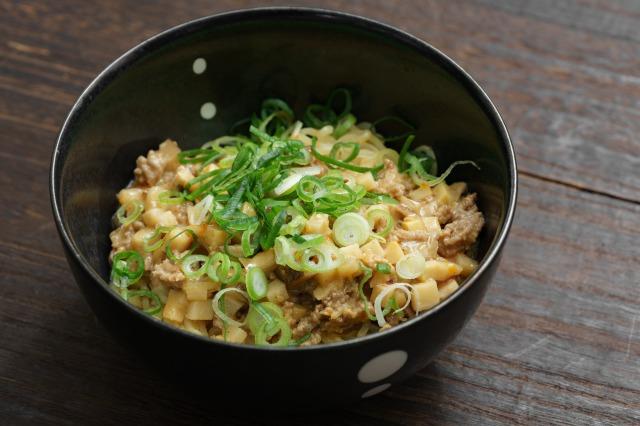 再現した「胡麻味噌担々スープ」を麺にかけた様子