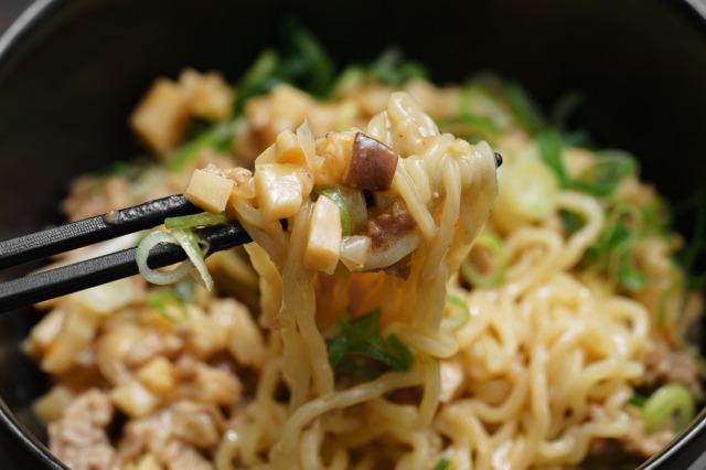 再現した「胡麻味噌担々スープ」を麺にかけて箸で持ち上げた様子