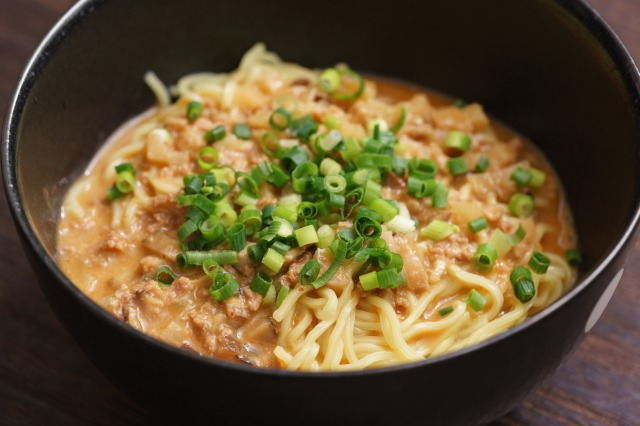 無印良品「ごはんにかける 胡麻味噌担々スープ」を麺にかけた様子