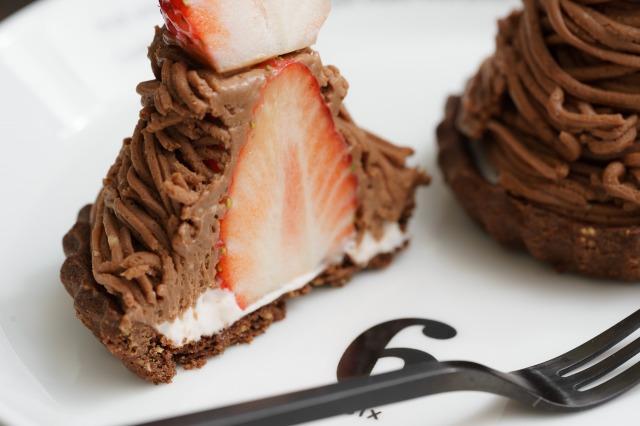 チョコいちごチーズモンブランタルトの断面のアップ