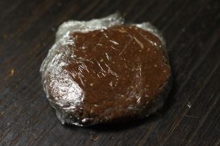 平らにしてラップに包んだチョコタルト生地