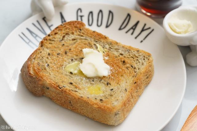 さつまいもと黒ごまの食パンをトーストした様子