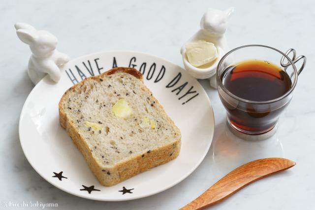 切り分けたさつまいもと黒ごまの食パン