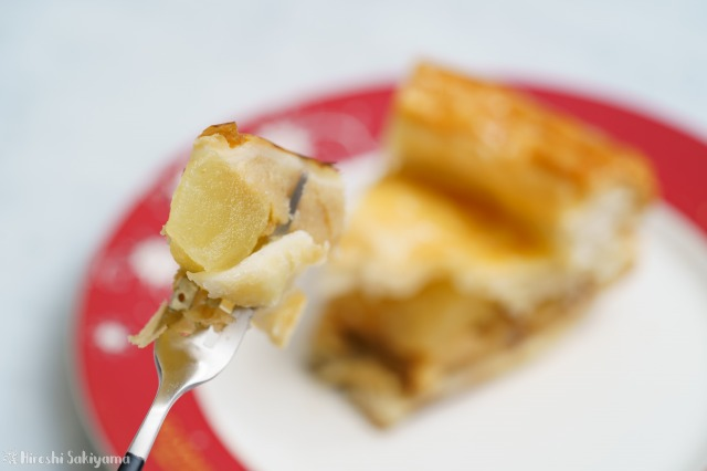 アップルパイをフォークで切り分けた様子