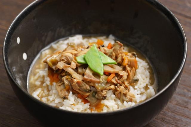 ごはんにかける あさりと生姜の深川飯をご飯にかけた様子