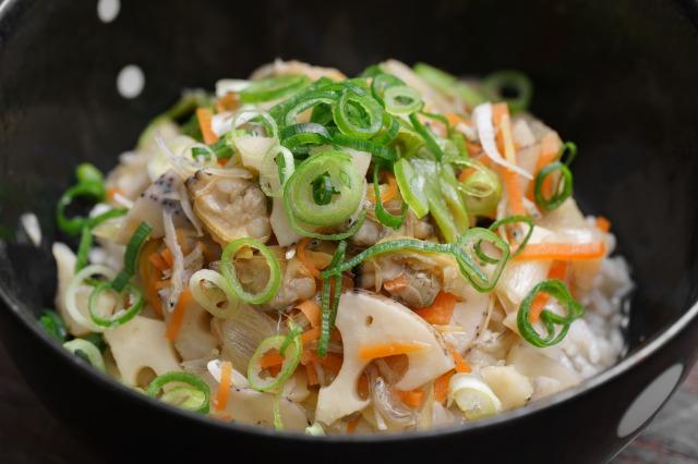 家庭で作るごはんにかける あさりと生姜の深川飯のアップ