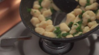 バターと茹で汁をつないで、とろみのあるソースにした様子