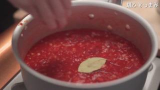 トマト缶・ローリエを入れた様子