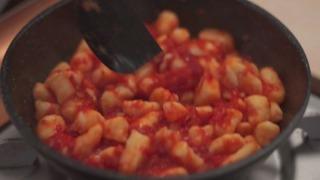 トマトソースを和えた様子