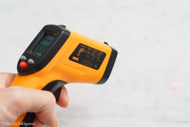 赤外線放射温度計で温度を測定する様子