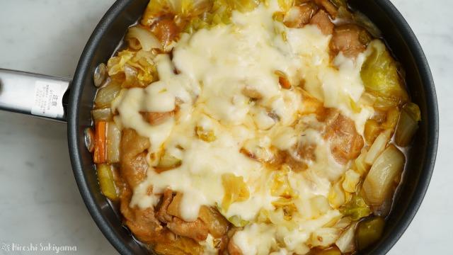 フライパンで作るチーズタッカルビを上から見た様子