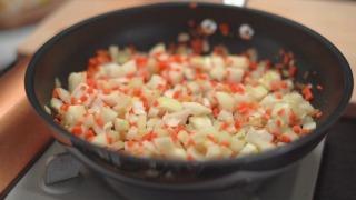 香味野菜を炒める様子