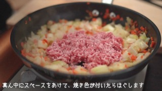豚ひき肉を炒める様子