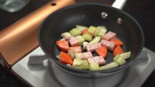 野菜を炒める様子