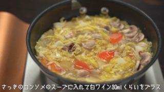 ロールキャベツを煮たコンソメのスープにキャベツ・マッシュルームを加えて火にかけた様子