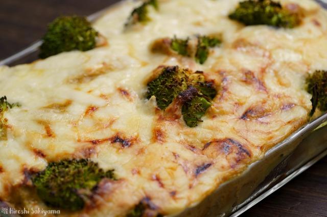 キャベツとマッシュルームのクリームソースで作る、じゃがいもとブロッコリーのグラタンのアップ