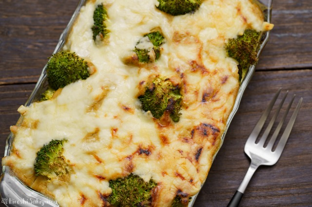キャベツとマッシュルームのクリームソースで作る、じゃがいもとブロッコリーのグラタンを上から見た様子