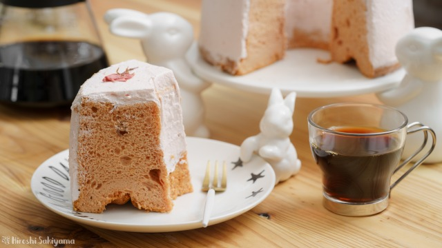 桜のシフォンケーキの1ピースとコーヒー