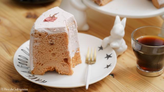 桜のシフォンケーキの1ピースのアップ