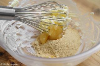 バターにはちみつ・きび砂糖を混ぜる様子