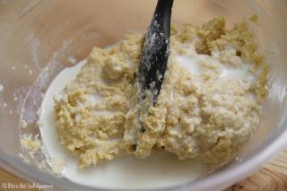 牛乳or豆乳を混ぜる様子