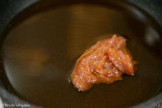梅肉ソースを作る様子