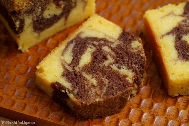 切り分けた生おからのマーブルチョコパウンドケーキのアップ