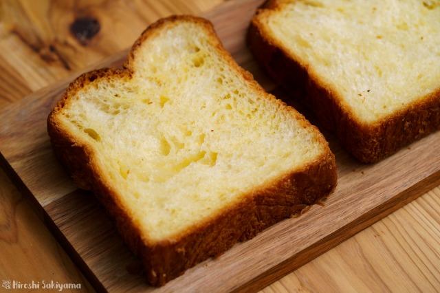 デニッシュ食パンをプレートにのせた様子