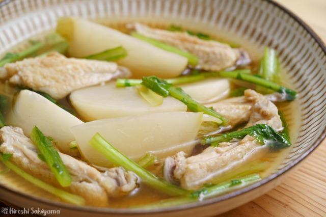 カブと手羽中の和風スープ煮を横から見た様子