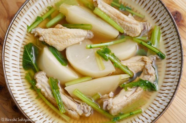 カブと手羽中の和風スープ煮を上から見た様子