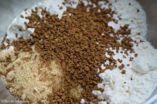 ボウルに薄力粉・砂糖・コーヒー・ベーキングパウダーを入れた様子