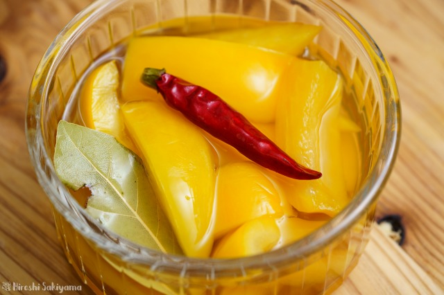 黃パプリカのピクルスのアップ