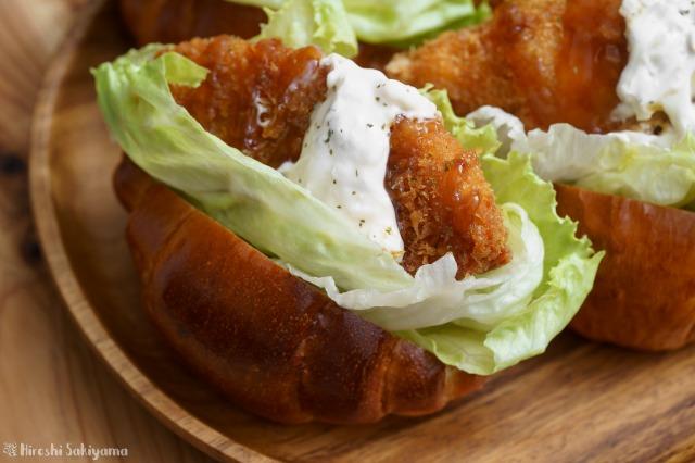 白身魚のフライサンドロールパン