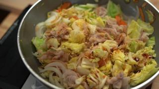 野菜を炒めて調味料を加えた様子